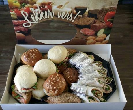 Box met verse broodjes en wraps